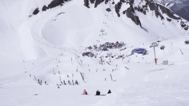 Lyžařské středisko. Snowboardisty a lyžaře. Encamp. Lyžařské vleky. Krajina hor