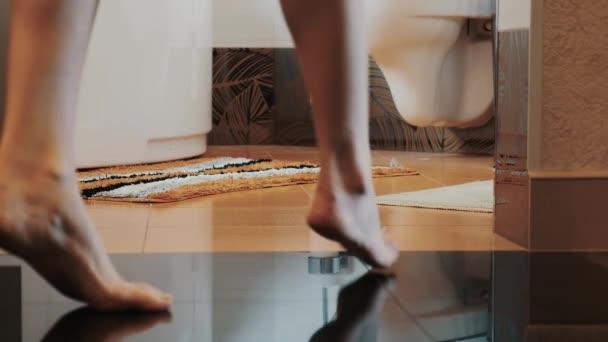 Badkamertegels Komen Los : Jong meisje lopen naar de badkamer komen te zinken weinig