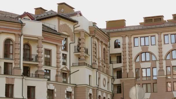 Pohled v moderní budově na ulici. Večer v městě. Moderní architektura