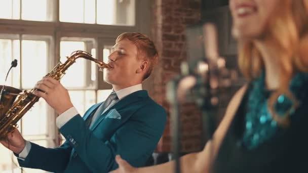 Jazz-Sänger in Blendung Kleid auf der Bühne mit dem Saxophonisten ...