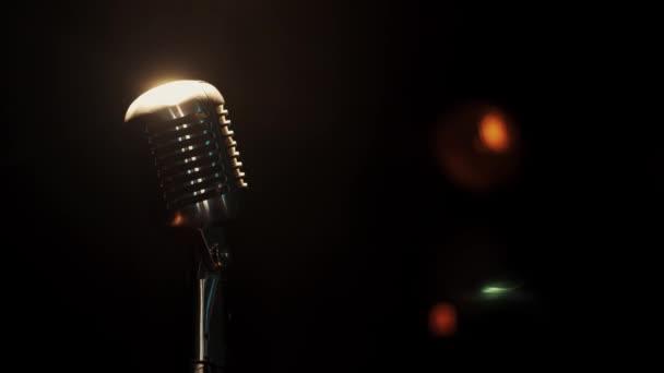 Nézd koncert fém vintage mikrofon szálláshelyén, a színpadon a reflektorfényben üres sáv