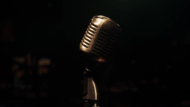 Koncert fém csillogó mikrofon állni a színpadon a retro bárban. Tisztességesebb?.