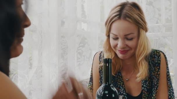 Девушка с бутылкой видео фото 692-179
