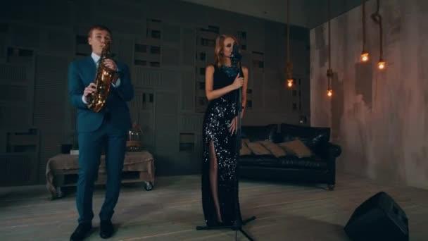 Jazz-Sänger in leuchtende Kleid führen auf der Bühne mit dem ...