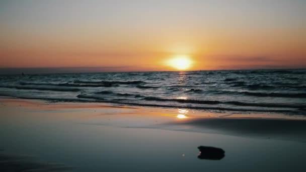 Pohled nádherný rudý západ slunce na pobřeží moře. Chladné vlny. Vodu. Příroda. Horizont