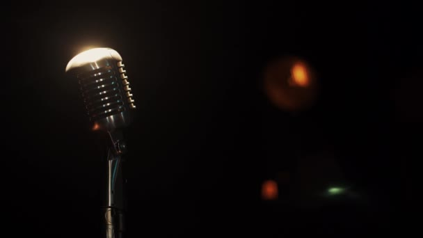 Nézd meg a koncert Vintage mikrofon szinten marad a zárt klubban reflektorfényben