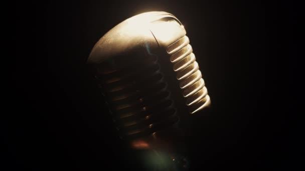 Koncert Vintage fém mikrofon marad a színpadon üres klubban reflektorfényben