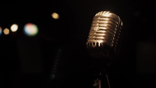 Koncert Metal izzó mikrofon marad a színpadon az üres retro klubban. Spotlámpák.