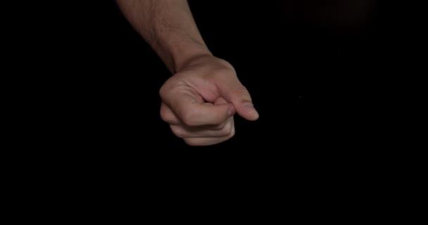 Closeup muž ruku pro snap pocit na černém pozadí, izolované