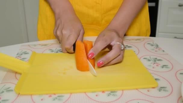 Frau Schneidet Karotten Auf Das Schneidebrett Stockvideo C Bazava