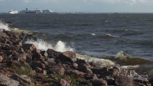 Meereswellen schlagen gegen die Felsen