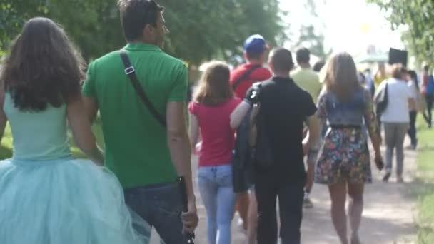 St. Petersburg, Rusko - 18 července 2015: Vk Fest. Lidé procházka v parku a jít po pěšině