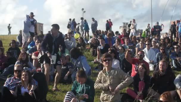 St. Petersburg, Rusko - 18 července 2015: Vk Fest. Dav lidí, kteří sedí na trávě, sledovat koncert