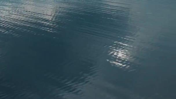 Modré vody povrchové vlny closeup. Hledání fotoaparát