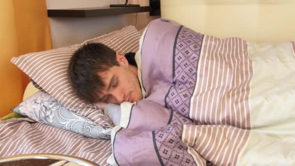 Mladý muž se probouzí v ložnici