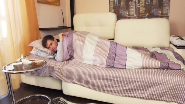 Kranker Mann beginnt Fieber und Schüttelfrost im Bett zu fühlen
