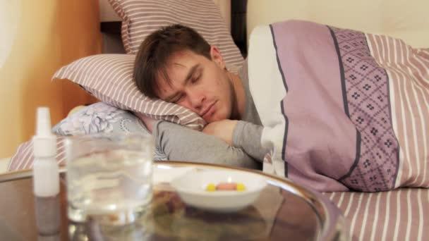 Kranker Mann schläft im Schlafzimmer