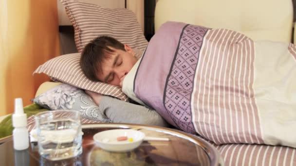 Kranker Mann liegt auf Bett und hustet