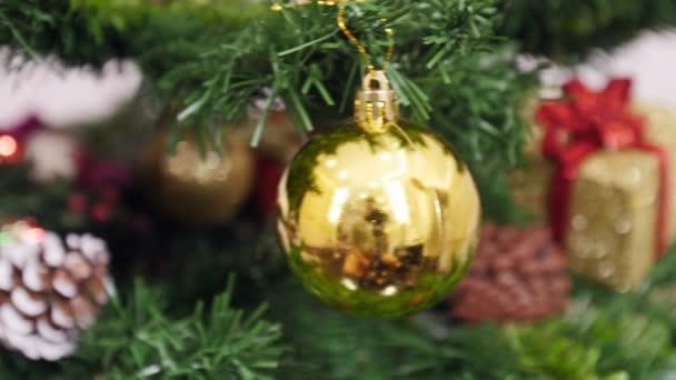 Dekorace vánoční stromek Zlatý míč. Pan