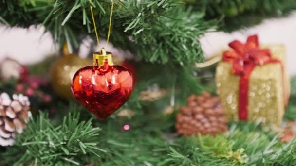 Dekorace vánoční stromek červené srdce hračky. Pan