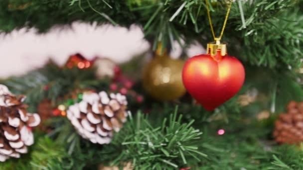 Dekorace vánoční stromek červené srdce hračky
