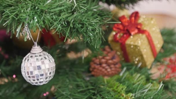 Ozdobte vánoční stromeček zrcadlová koule. Reflexe