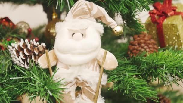 Zdobení vánočního stromu Santa Claus na lyže