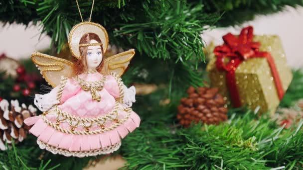 Dekorace vánoční stromek anděl panenka hračky. Pan