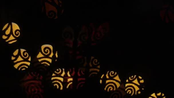 Přeslen světla bokeh na černém pozadí. Tvar