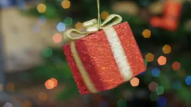 Vánoční dárek hračka otočí na pozadí bokeh