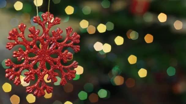 Vánoční sníh hračky se třese na bokeh. Oblast nadpisu
