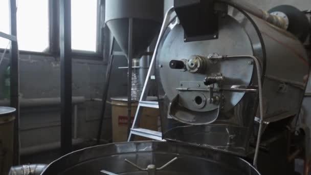 Pohled na míchací stroj na smažené kávové zrna. kávu továrna