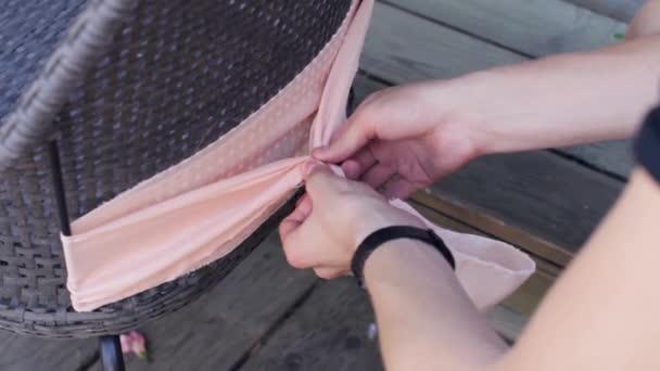 Licht Roze Stoel : Dames handen versieren achterzijde stoel door licht roze textiel in