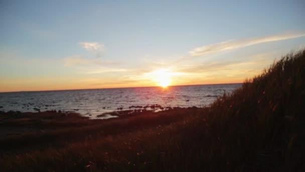 Szép nyári tengeri sunset Hill. Csillogó v. gerendák. Senki sem