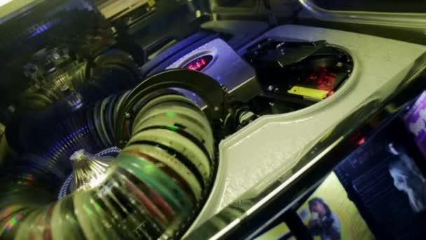 Jukebox spining, výběr disků a vloží v přehrávači. Zblízka. Fotoaparát přímo libové.