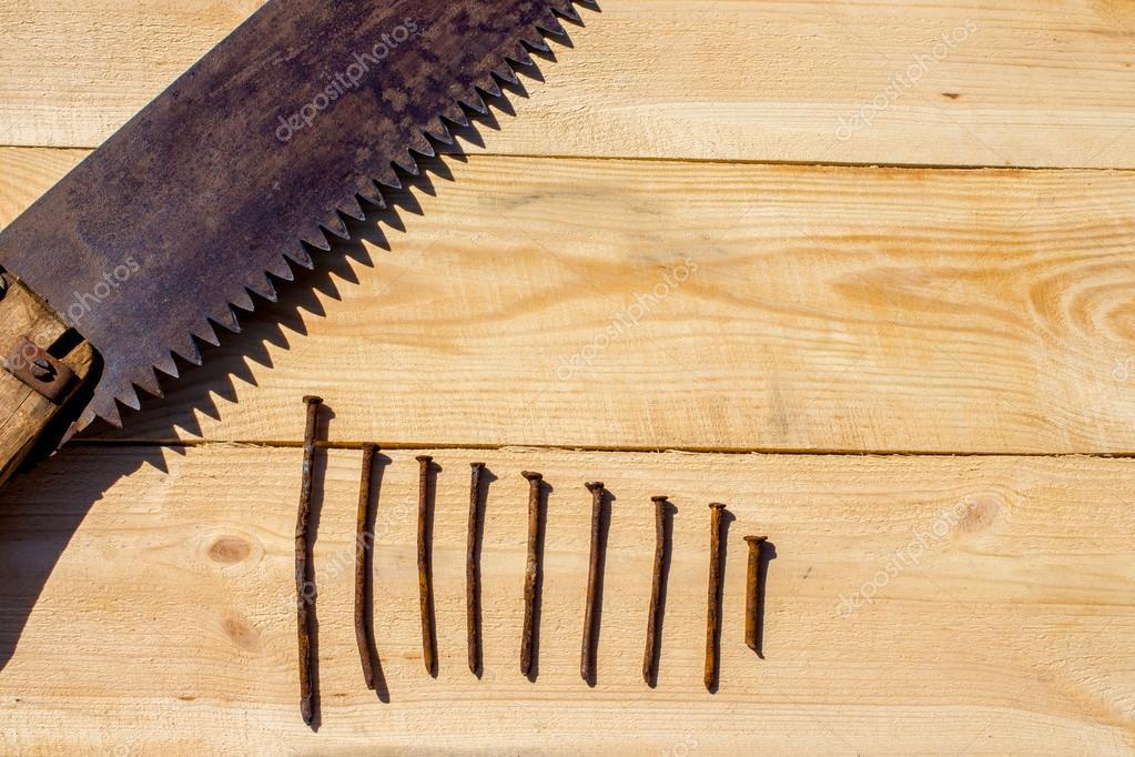 Assi Di Legno Grezze : Sega arrugginita e nove chiodi su unassi di legno grezzo u2014 foto