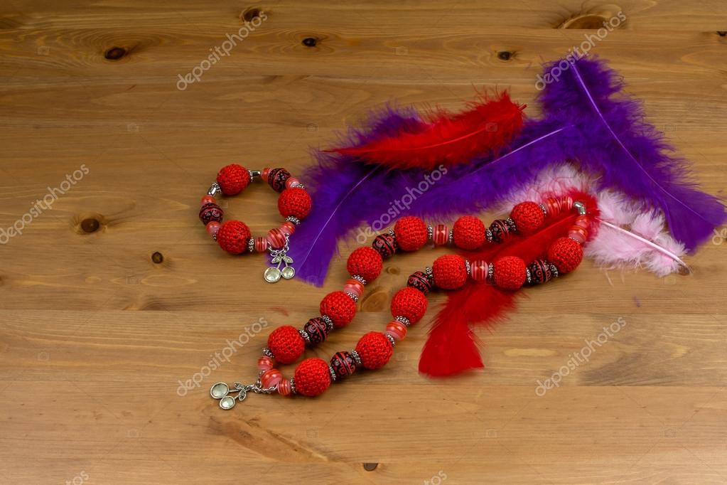 Haak Handgemaakte Rode Armband Halsketting En Veren Stockfoto