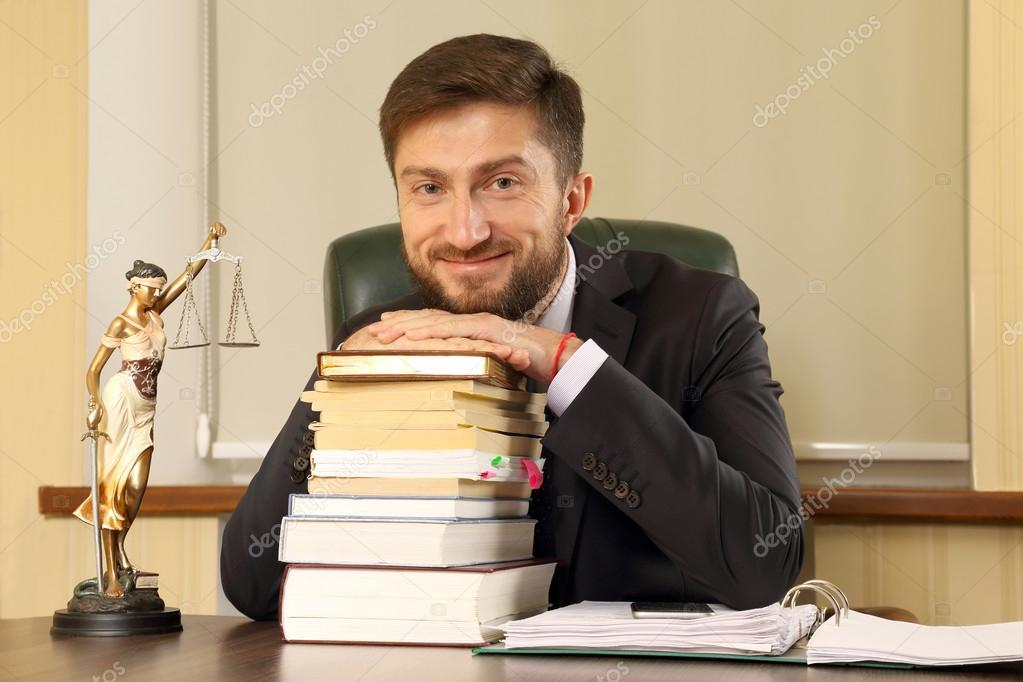 Scrivania Ufficio Avvocato : Avvocato di successo in ufficio seduto alla scrivania u foto stock