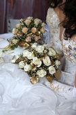 dvě nevěsty, v rukou držel svatební kytice