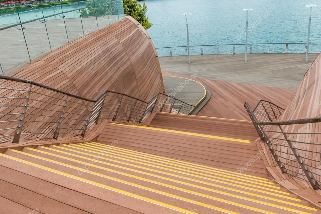 Decoratieve houten trap in de buurt van de waterkant u stockfoto