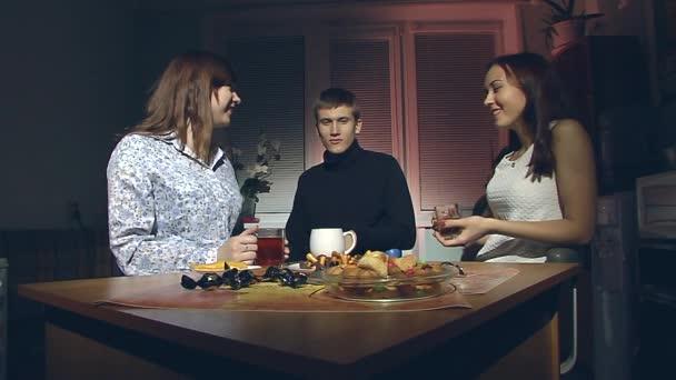 Видео две женщины и мужчина фото 63-254