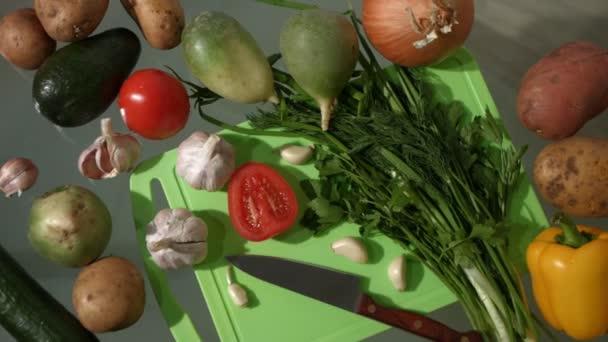 Zelenina na stole. Pohled shora. Pan. 2 snímky