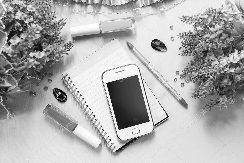 Noir et blanc nature morte téléphone portable et stylos quelques