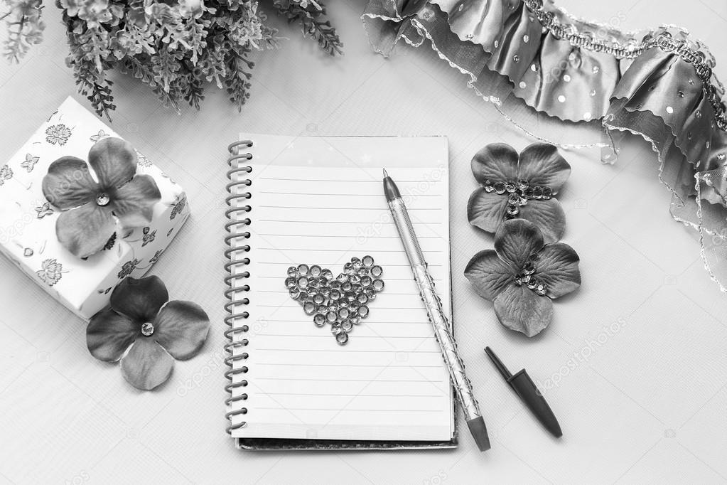 Carnet et stylo quelques trucs de bureau sur un fond blanc