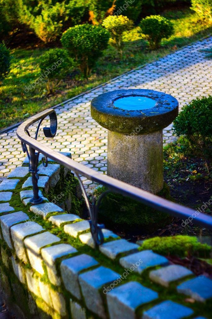 Decoración de piedra en el jardín. Fuente decorativa de piedra ...