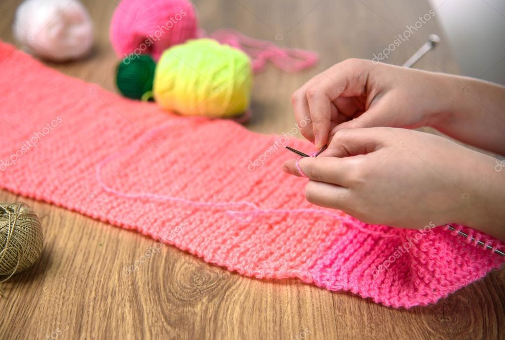 Babymädchen rosa Schal stricken hautnah auf Holztisch — Stockfoto ...