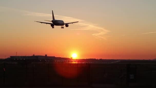 Letadlo přistává na letiště v Barceloně za soumraku