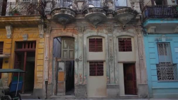 Staré vinobraní zchátralé budovy v La Habana, Kuba