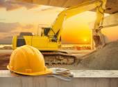 žlutá čepice na staveništi