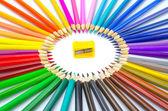 színes ceruzák és élezők